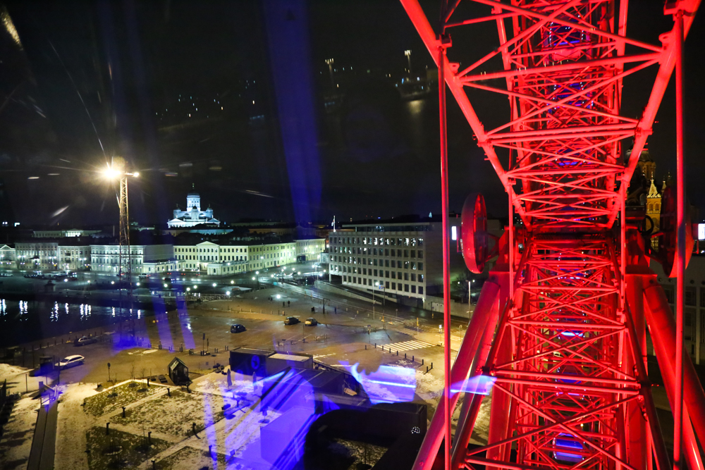 Maailmanpyörä ja öinen Helsinki